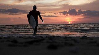 Indonésie : surfer son bourreau, comme une thérapie, 15 ans après le tsunami
