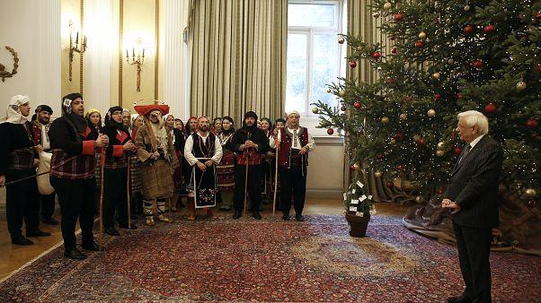 Ο Πρόεδρος της Δημοκρατίας Προκόπης Παυλόπουλος ακούει τα χριστουγεννιάτικα κάλαντα από μέλη Συλλόγου στο Προεδρικό Μέγαρο