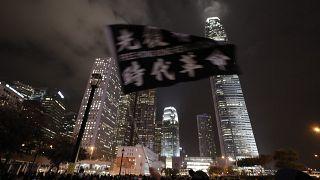 Hong Kong'daki bir alışveriş merkezinde Noel şarkısı söyleyen protestocularla polis çatıştı