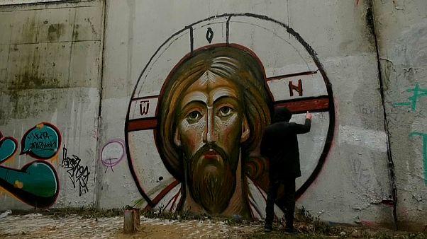 En Russie, un collectif de graffeurs peint des icônes religieuses sur les murs de Moscou