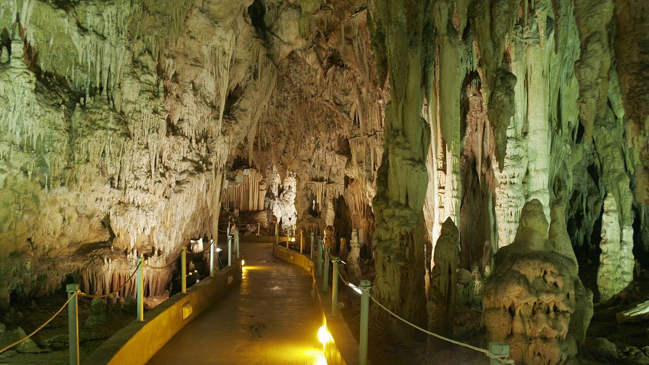 Ένα από τα ωραιότερα σπήλαια της Ελλάδας, φανταστικό σε ομορφιά και διάκοσμο είναι το σπήλαιο Αλιστράτης Σερρών. Ένα σπήλαιο που η γένεση του ξεκίνησε πριν από 2000.000 χρόνια
