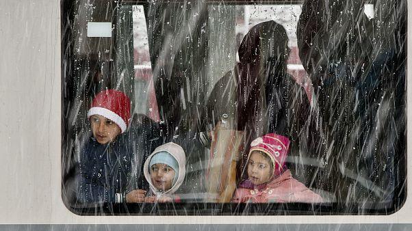 کودکان سوار بر قطار در بخارست، پایتخت رومانی