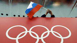Un fan de patinage russe tient un drapeau de son pays lors des jeux olympiques de Sochi en 2014.