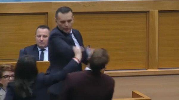 Majmozás és pofon a boszniai szerb parlamentben
