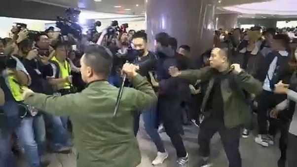 Karácsonyi dalt éneklő tüntetőkre támadtak a rendőrök Hongkongban