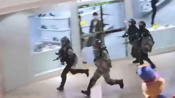 ویدئوی زد و خورد معترضان و پلیس هنگکنگ در یک پاساژ