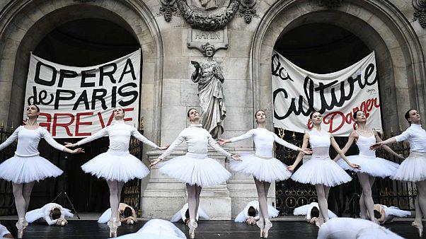 Danseuses sur le parvis de l'Opéra Garnier à Paris le 24 décembre 2019