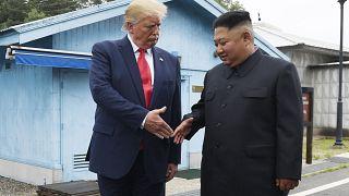 """ترامب يأمل في """"إناء زهور"""" لا صواريخ من كيم بمناسبة عيد الميلاد"""