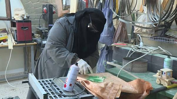 عاملة فلسطينية تصنع شجرة عيد الميلاد قطاع غزة