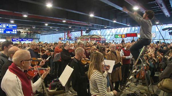 Über 100 Musiker spielen zusammen im Prager Hauptbahnhof