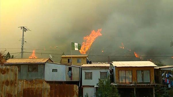 شاهد: الحرائق تجتاح مدينة فالبارايسو الساحلية في تشيلي وتدمر 80 منزلا