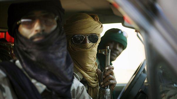 عدد من طوارق مالي يقومون بدورية في شوارع جاو شمال مالي. 16/02/2013