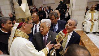 شاهد: عباس يشارك المسيحيين قداس منتصف الليل ببيت لحم وفرحة لم تكتمل لمسيحيي غزة