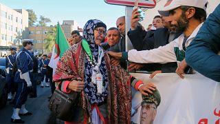 تجمع معزين خارج قصر الشعب خلال تشييع الفريق قايد صلاح في الجزائر العاصمة، 25 ديسمبر 2019