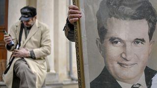 ۳۰ سال پس از تیرباران چائوشسکو هواداران دیکتاتور رومانی در مزارش جمع شدند