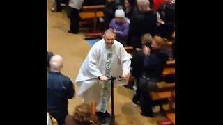 A karácsonyi mise végén rollerre pattant egy ír pap