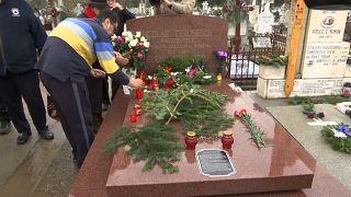 Egykori hívei koszorúzták meg a harminc éve kivégzett Ceaușescu sírját