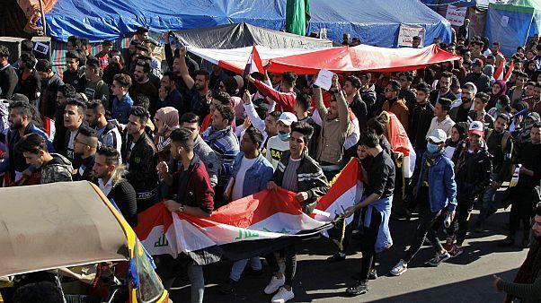 Irak'ta göstericiler Şii partilere ait büroları ateşe verdi