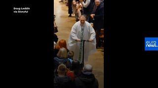 [Vídeo] Un cura irlandés abandona la misa del gallo en el patinete que le regaló Papá Noel