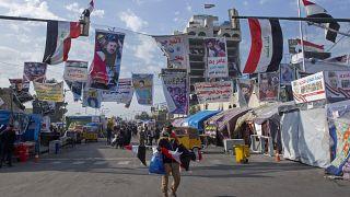 بائع متجول يبيع الأعلام العراقية للمتظاهرين المناهضين للحكومة في ميدان التحرير، بغداد، الأربعاء 25 ديسمبر 2019