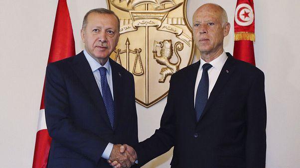 الرئيس التونسي قيس سعيد يصافح الرئيس التركي رجب طيب أردوغان