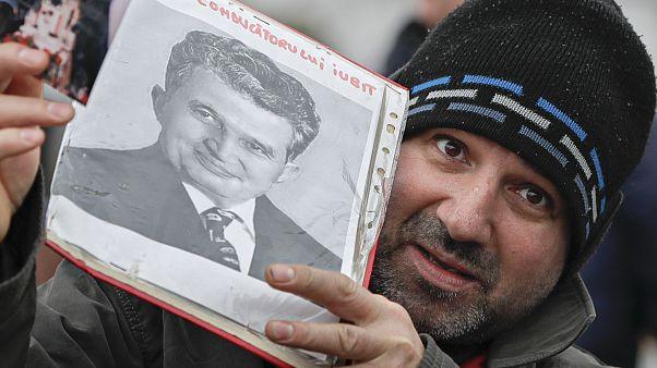 روماني يحمل صورة شاوشيسكو