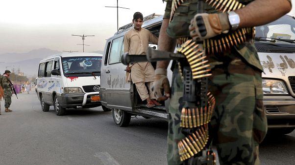 Afganistan'da Taliban örgütü yol keserek 27 barış aktivistini kaçırdı