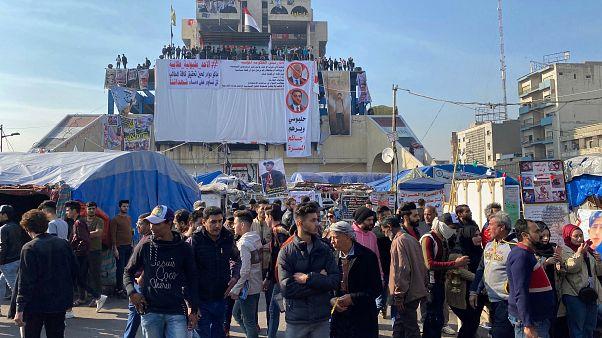 Irak'ın başkenti Bağdat'taki Tahrir Meydanı'na gelen protestocular, yeni başbakan adayının İran'a yakın biri olmamasını istedi