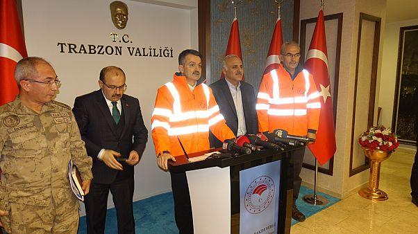 Tarım ve Orman Bakanı Bekir Pakdemirli (sağ 3), bölgede meydana gelen orman yangınlarına ilişkin Trabzon Valiliği'nde açıklamalarda bulundu