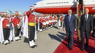 الرئيس التركي رجب طيب أردوغان، والرئيس التونسي قيس سعيد، برفقة حرس الشرف العسكري في مطار تونس العاصمة.