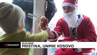 """شاهد: """"أبطال خارقون"""" يوزعون هدايا عيد الميلاد على أطفال كوسوفو"""