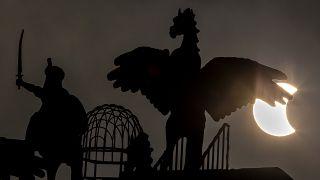 """جزء من كسوف """"حلقة النار"""" خلف أحد التماثيل في إسلام أباد بباكستان. 26/12/2019"""