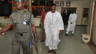 مستشار الدفاع الوطني السابق في نيجيريا سامبو داسوكي خلال وصوله لجلسة استماع  في المحكمة الفيدرالية العليا في أبوجا نيجيريا 2015