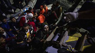 صورة لعملية إنقاذ لاجئين ومهاجرين من زورقهم من قبل دورية خفر السواحل اليونانية بالقرب من جزيرة ساموس
