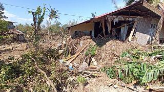 Daños causados por el tifón Phanfone rodean los escombros de una casa en la ciudad de Balasan, provincia de Iloilo, en Filipinas, el jueves 26 de diciembre de 2019.