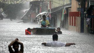 الفيضانات تغمر شوارع  العاصمة مانيلا جراء إعصار ضرب الفلبين. 22/06/2008