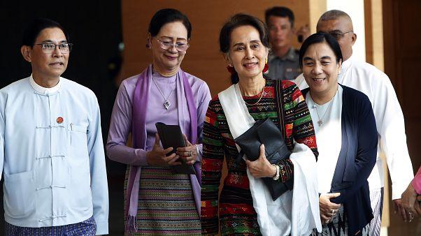 زعيمة ميانمار أونغ سان سو تشي مع مسؤولين حكوميين في مطار نايبيتاو الدولي في ميانمار 2019