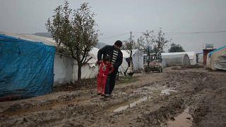 تهاطل الامطار بغزارة على مخيم للنازحين في قرية خربة الجوز في ريف إدلب الغربي شمال سوريا-18/12/2019