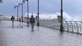 مياه الأمطار تغمر كورنيش بيروت