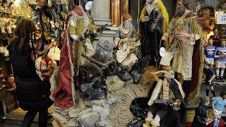 Le figurine di Maria, Giuseppe e Gesù Bambino con la mascherina