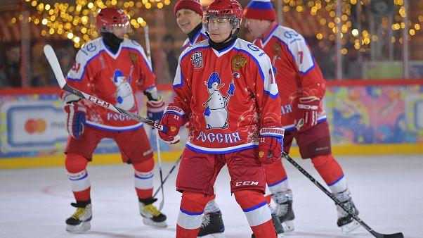 الرئيس الروسي بوتين أثناء مباراة لرياضة هوكي الجليد في موسكو-25/12/2019