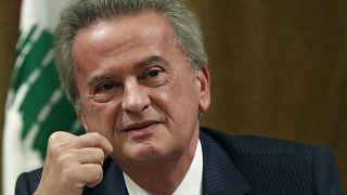 حاكم مصرف لبنان يقول إنه سيحقق في تقارير حول قيام مسؤولين بتحويلات مالية إلى الخارج