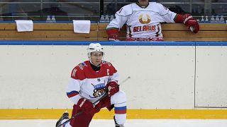 Putin spielt Eishockey auf Rotem Platz
