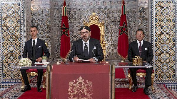 الملك المغربي محمد السادس، يرافقه نجله ولي العهد الأمير مولاي حسن الأمير مولاي راشد يخاطب الأمة في خطاب تلفزيوني