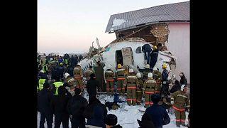Kazakistan: aereo precipita subito dopo il decollo, almeno 12 morti. Parla un sopravvissuto
