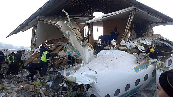 Καζακστάν: 12 νεκροί και δεκάδες τραυματίες από συντριβή αεροσκάφους σε σπίτια