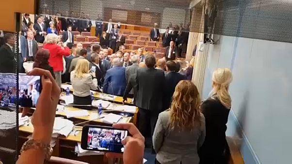 """Scènes de chaos au Parlement monténégrin contre la """"spoliation"""" de l'Église orthodoxe"""