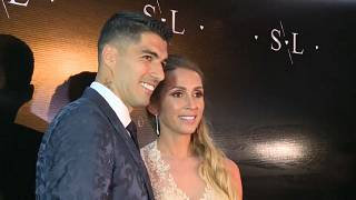 شاهد: سواريز يحتفل بعيد زواجه العاشر في حضور ميسي