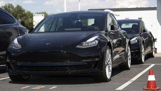 Tesla, Şangay'da rekor hızla ürettiği 'Model 3' araçlarının teslimatına başlıyor