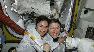 رائدتا الفضاء الأمريكيتان كريستينا كوخ وجيسيكا مائير في محطة الفضاء الدولية